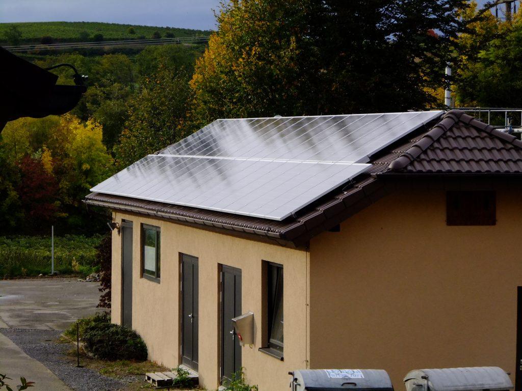 Solaranlage auf einem Dach der Kläranlage Neckarwestheim